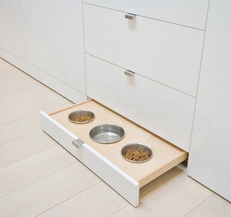 Такой лайфхак оценят владельцы собак, которым надоели миски  на кухне и разбросанный вокруг них корм!