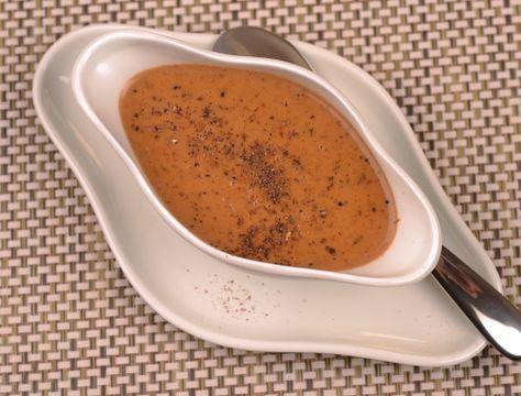 Pepparsås. En klassisk hemgjord sås med svartpeppar, grönpeppar samt rosepeppar som passar till biff, kött, kyckling, wallenbergare, biffar, köttfärsbiffar, grillat mm.