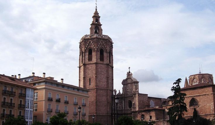 La torre del Miguelete que preside la Catedral de Valencia es uno de los puntos más icónicos de la ciudad. Es una torre de 63 metros de altura, con forma de prisma octogonal y de estilo gótico vale…