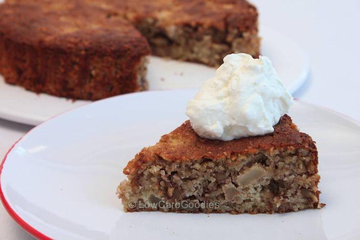 Apfel-Walnuss-Kuchen: 1sauren Apfel schälen kleinwürfeln. Mit dem Saft einer halben Zitrone und 1EL Zimt vermischen. 2 Eier, Prise Salz, 70g saure Sahne und 50g geschmolzener Butter mixen. 150 gemahlene Mandeln, 40g Erythrit, !TL Backpulver, 1EL Kokosmehl und 50g gehackte Walnüsse vermischen und zur Eiermasse geben. Apfel unterheben und den Teig in eine kleine, mit Backpapier ausgelegte Tortenform geben. Bei 180°C ca. 40-50 Minuten backen.