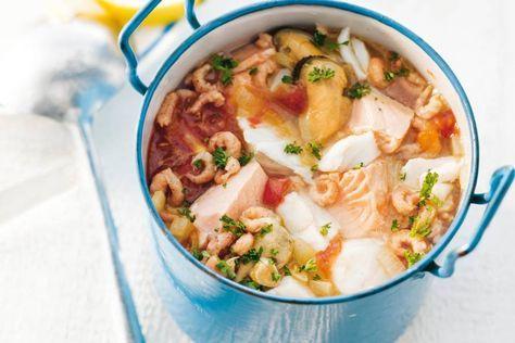 Zeeuws vispotje 2 uien 2 tenen knoflook 4 tomaten 2 el olijfolie 30 g boter 250 ml droge witte wijn 150 g kabeljauwfilet 150 g zalmfilet 3 takjes platte peterselie 150 g mosselen Garnalen