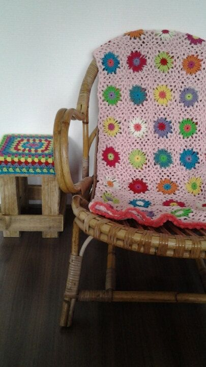 Patroon van het zomerse gehaakte bloemen deken. Patroonbeschrijving in het Nederlands plus vele fotos om het patroon te verduidelijken. Inclusief beschrijving hoe de bloem vierkanten direct aan elkaar gehaakt kunnen worden, en met welke kleuren en materiaal deze deken zijn gehaakt. Also available in UK terms Inclusief een patroon voor een rond gehaakt krukje.