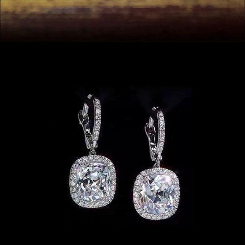 Серьги с бриллиантами Белое золото 750 пробы. Центральные бриллианты по 0.70 карата. Общий вес всех бриллиантов 1,77 карат. Характеристики вставок: 70 бриллиантов, круглой огранки, 57 граней, 2/3, 0.37 карат 2 бриллианта, круглой огранки, 57 граней, I/VS2, 0.70 карат Белое золото: 750 проба Вес изделия: 1.91 грамм Изготовитель: Италия