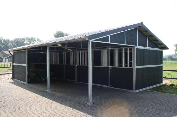 Buitenstal met luifel   Rutjes paardenboxen en omheiningen