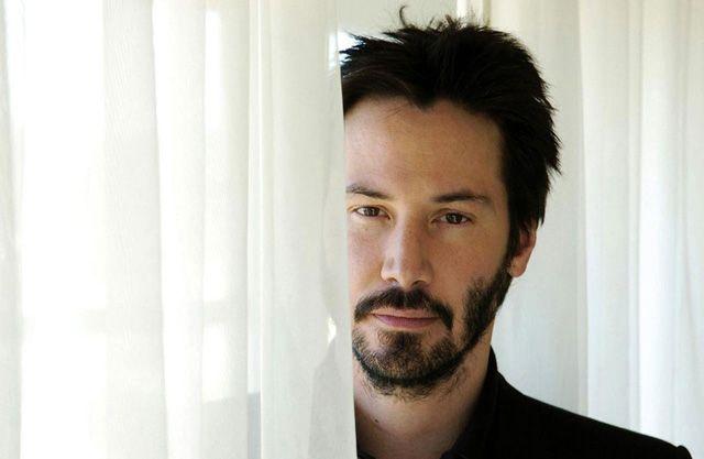 La tragique, déchirante et captivante vie de Keanu Reeves En 1999, il devient un des acteurs les plus célèbre grâces à son rôle dans le film The Matrix