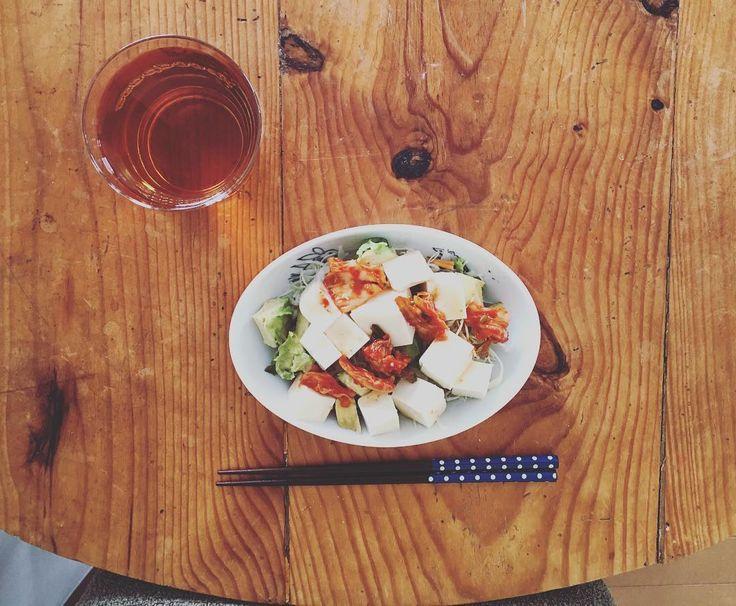 #昼ごはん 午前中#間食 したので楽しく美味しくだから私的にオッケーなやつオナカぺこぺこではなかったけどサラダが食べたくて 見た目はイマイチだけど美味しくいただける組み合わせ におわんキムチ豆腐とアボカドと千切りキャベツのサラダ ルイボスティー 水分しつかりを意識してかなり意識しないと どうしても水分摂取不足になってしまう  #MEC食 も意識#糖質制限#低糖質#ローカーボ#lowcarb#低GI#食べて健康に#食べてキレイに#デブ脳#おひとりさまごはん#おうちごはん#アラサー#サラダ#産後#アンチエイジング#炭水化物抜き#糖質制限#糖質オフ#糖尿病予備軍#主食 抜き#糖質セイゲニスト#ダイエット というより筋肉量アップの必要あり by ree_matsu
