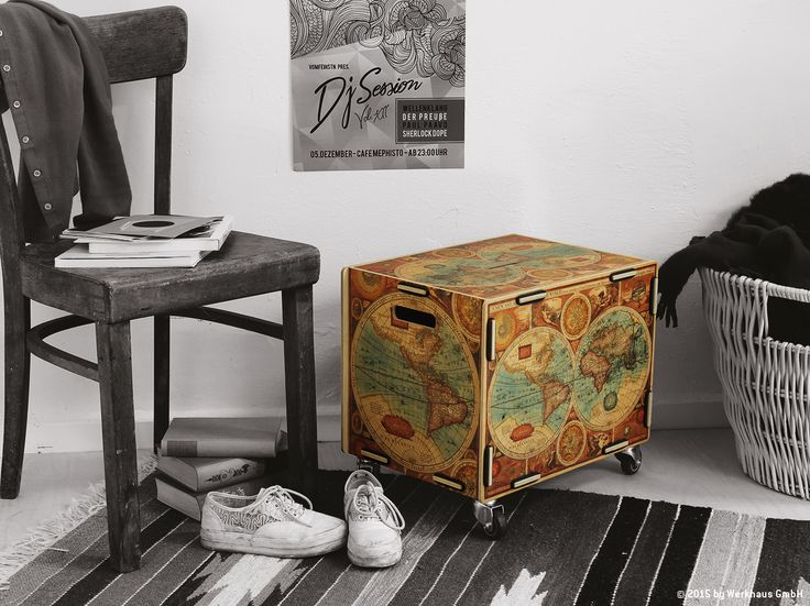Mit dem Motiv einer Vintage-Weltkarte dekoriert diese Rollbox deine Wohnung nicht nur, sie biete dir auch einen großen Stauraum, ein super mobiles Sitzmöbel oder einen stylischen Beistelltisch. Einfach ein Allrounder! Und das ganze zum Selberzusammenbauen.