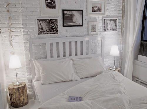 Divina esta habitacion toda en blanco con los cuadros de contraste