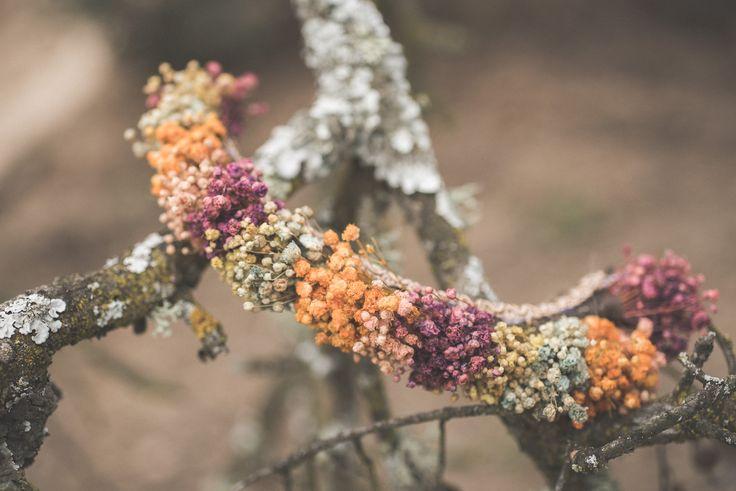 Tocado de flores preservadas.  Fotografía: Artesanos al detalle.