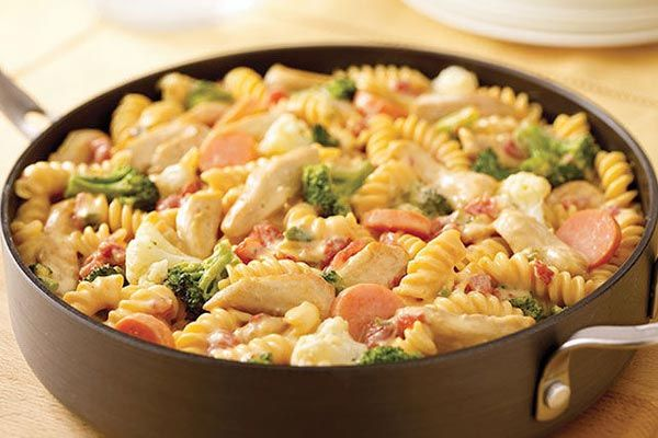 Macarrão cremoso com frango e legumes
