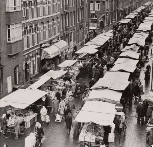 February 1950. Ten Kate Markt at the Ten Katestraat in Amsterdam. #amsterdam #1950 #TenKatestraat
