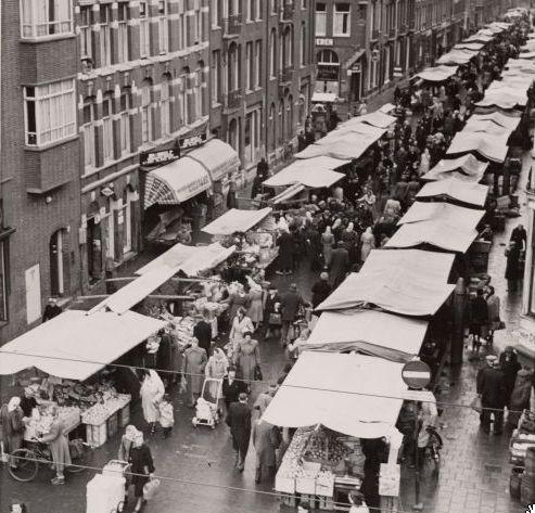 February 1950. Ten Kate Markt in the Ten Katestraat in Amsterdam. #amsterdam #1950