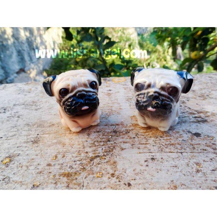 Hasta un simple #brillo de #labios puede ser un objeto de lo más original. ¿Qué te parecen estos? Con forma de #perro de raza #pug o #carlino, con estos brillos de labios mantendrás tus labios hidratados en los meses de frío. Hay dos modelos a elegir con distinto aroma: #Melocotón o #menta ¿Con cuál te quedas? La tapa está en la base.  Medidas: 3,5cm ancho x 4cm de alto.  #animales