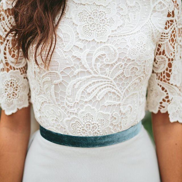 Azul como el cielo! Así es nuestra falda con un maravilloso cuerpo de guipur. Diferente! Foto de @volvoretabodas gracias a @nievestimor @pazo_de_santacruz @conhdezgil #tul #guipure #terciopelo #elegant