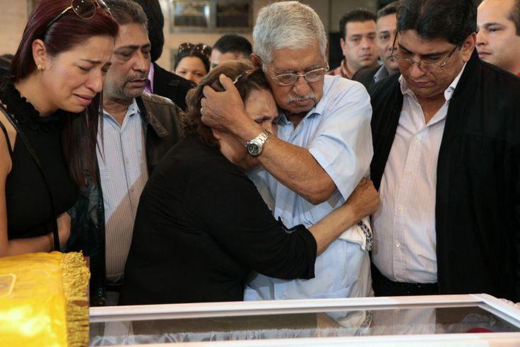 Hugo de los Reyes y Elena Frías, padres de Hugo Chávez, junto al féretro que contiene los restos mortales del presidente venezolano.