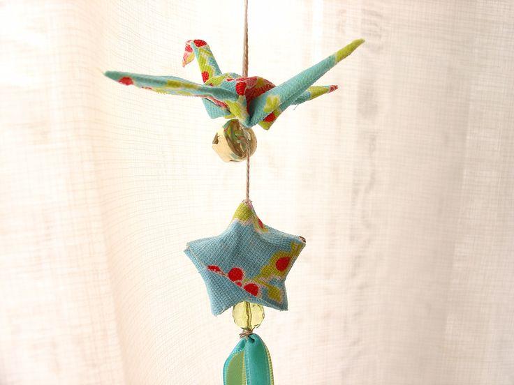 Cortina de Origami | Casando Sem Grana - idéia é fazer cortinas com corações, missangas e tsurus (origami em forma de garça - veja a história). O processo é muito simples! Primeiro vocês dobra os Tsurus, recorta os corações (se quiser acrescentar eles ao seu projeto) e escolhe os adereços que vai usar. Depois prende em fios de nylon, arremata com as miçangas e por fim fixa os fios em ripas finas de madeira, que podem ser até pintadas. Sai muito barato e fica lindo!