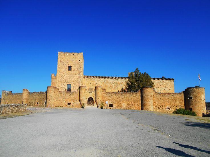 Castillo. Vista general desde Calle  Mayor.