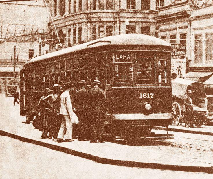 Alex Silva/Estadão - Passageiros embarcam em bondeque seguia para o bairro da Lapa. Foto: 14/6/1933