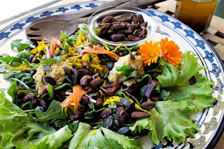 Sallad med hummus, picklade grönsaker och rostade nötter