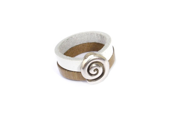 Beautiful Leather Ring with a Silver Plated Conch // by ScrapCati, €11.00