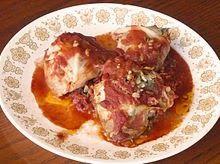 Recette de Holishkes, chou farci à la viande, au riz, légumes et épices - Souccot (cuisine juive) Proches des dolmas, ces rouleaux de chou farcis tendrement parfumés, à la viande, au riz, oignons et tomates sont délicieux. C'est une cuisine simple, de terroir, qui met en valeur des légumes de saison, grâce à une cuisine aromatique, longuement mijotée.