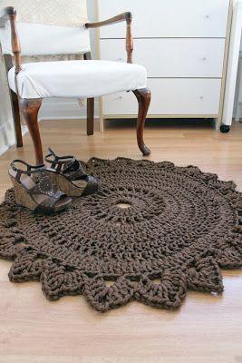 Para las que pidieron el patrón, nuevamente vamos a mirar bien de cerca como está confeccionada esta alfombra para tratar de adivinar como está tejida. Materiales: - Agujas de Crochet Nro 16 - aprox 400 gramos de una lana bien gruesa (puede ser totora o algodón).  Puntos Empleados Con respecto a los puntos empleados, se ve como una doble vareta. Para las que no saben como se realiza, aqui les dejo una imagen con el paso a paso:     Muy bien, estas alfombras se tejen…