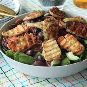 Halloumi stroganoff är en god och snabb vegetarisk variant på klassikern korv stroganoff. Här är vårt bästa recept som älskas av såväl stora som små!