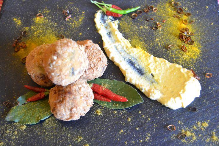 Croquettes of rice with spicy sauce of yogurt and saffron .... Κροκέτες ρυζιού πικάντικες με σάλτσα γιαουρτίου, αρωματισμένη με σαφράν...