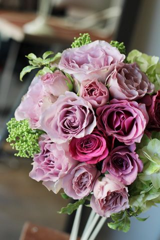 パープルのバラ数種類とグリーンのあじさいを使ったブーケ。 wedding,bouquet,purple,rose,green,hydrangea