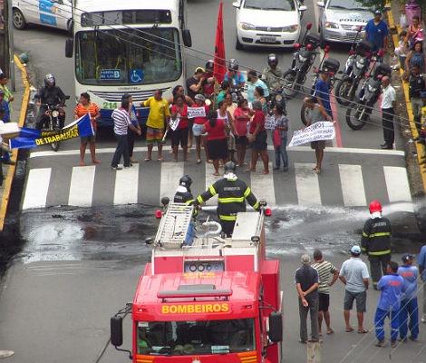 Barraqueiros protestam e tumultuam trânsito no Recife - Mais de 30 barraqueiros queimaram pneus e fecharam as vias na Avenida Caxangá, em frente ao Hospital Barão de Lucena, bairro da Iputinga, e na Estrada do Arraial, em frente ao Hospital Agamenon Magalhães, em Casa Amarela, ambos no Recife. O trânsito ficou lento no local e a CTTU e o Corpo de Bombeiros foram acionados para controlar a situação. Na Avenida Caxangá, uma das vias já foi liberada pelos manifestantes.