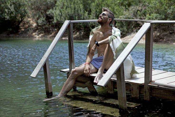 Κωνσταντίνος Νακόπουλος: «Είμαστε όλοι δρομείς...» Ο Έλληνας πρωταθλητής του στίβου στις μεσαίες αποστάσεις (800μ.), προβάρει μποέμικα μαγιό, εσπαντρίγιες, στρογγυλά γυαλιά, φλοράλ πουκάμισα, σε μια λίμνη της Βουλιαγμένης που, καθώς αδειάζει η πόλη, μοιάζει βγαλμένη από ταινία.  Φωτογραφία : Δήμητρα Σπυροπούλου Fashion Editor : Αθηνά Γεωργιάδου  Γράφει : Αντώνης Ντινιακός  Πηγή : Andro.gr [ http://www.andro.gr/style/konstantinos-nakopoulos/ ]