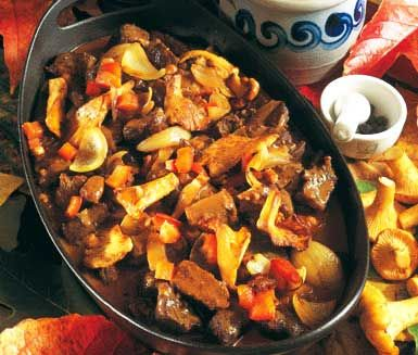 Jägargryta. En lyxig och hissnande god jägargryta som kommer att göra dina gäster mycket belåtna. Mäktiga ingredienser som bland annat enbär, svamp, vin och grädde omger köttet och gör det mört och saftigt. Svindlande gott!