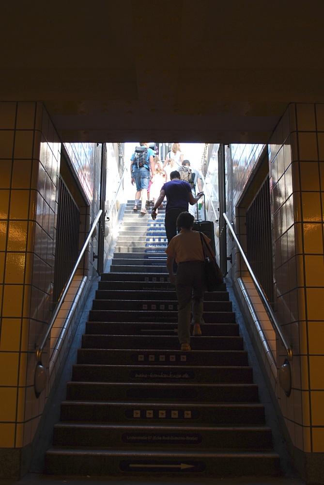 Berlino, passa appena sotto la strada. Spesso giovani tonici che si portano la bici su e giù.