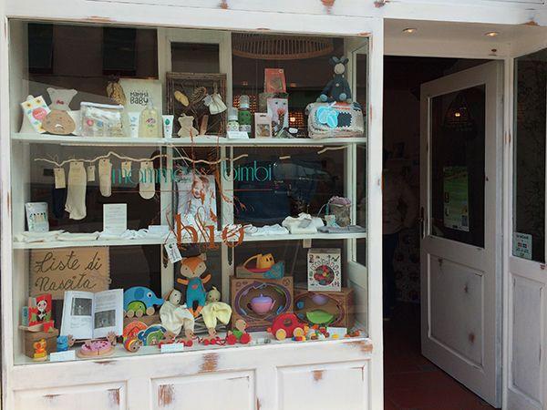 A Firenze, in zona Gavinana, ha aperto Mamme&Bimbi Bio un negozio specializzato in abbigliamento organico per bambini, articoli di puericoltura bio, giochi e libri ecologici, un punto di riferimento per le mamme green.