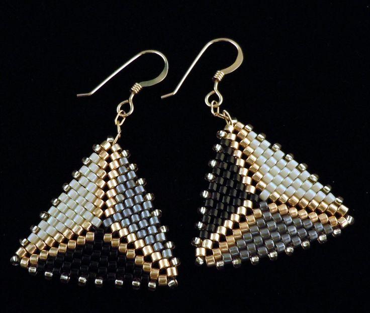 Pendientes de peyote, triángulo aretes, aretes de oro, cuentas triángulo, pendientes, pendientes de la gota de PreserveStudio en Etsy https://www.etsy.com/es/listing/224555275/pendientes-de-peyote-triangulo-aretes