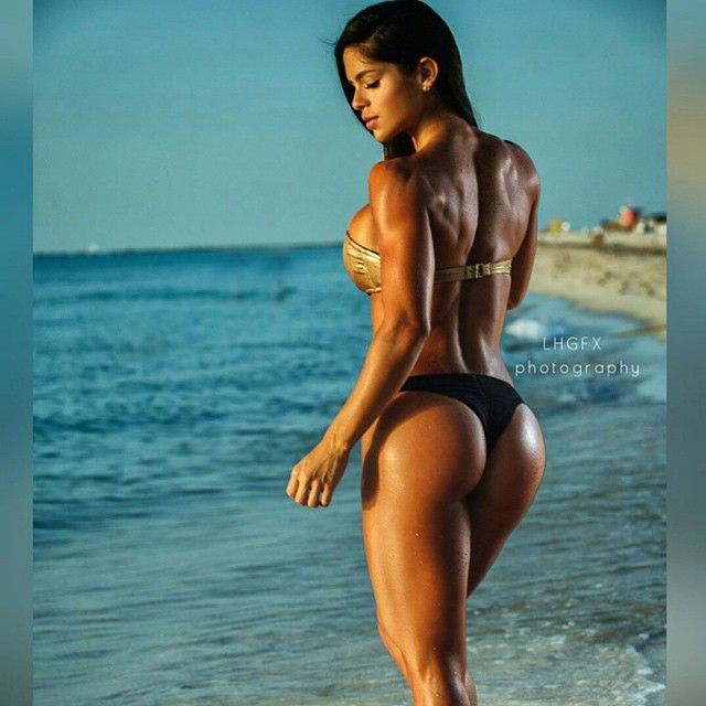 #BeachBum by @LeeLHGFX Much more on @MICHELLE_LEWIN_ Mucho mas en @MICHELLE_LEWIN_ Snapchat michelle.lewin