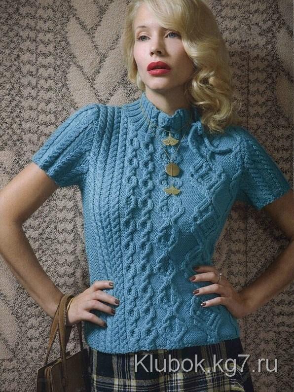 Голубой пуловер с аранами и воротником