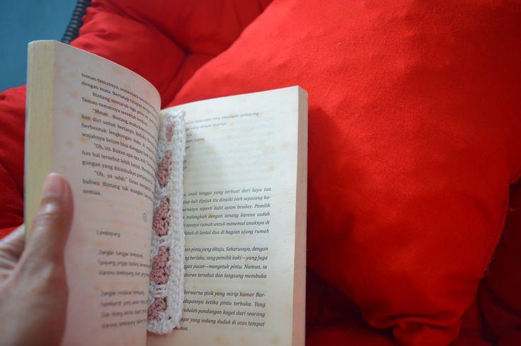 Deskripsi tentang tips menulis novel untuk pemula. bisa juga untuk orang-orang yang akan membuat cerpen.