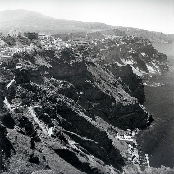 Φηρά & Φηροστεφάνι - Ένα χρόνο πριν το μεγάλο σεισμό του 1956. Ένα χρόνο αργότερα το νησί καταστράφηκε. Φωτογραφία : Robert A. McCabe.
