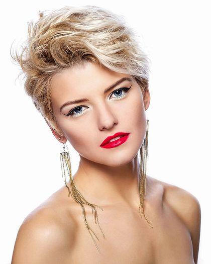 Blond gesträhnte Haare und blaue Augen