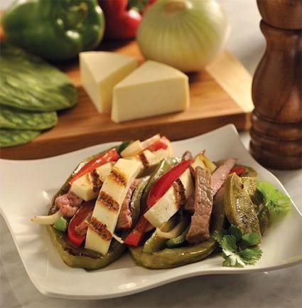 """""""Huarache"""" de nopal asado con carne asada y queso fresco asado. Se acompaña con tortillas calientes y una salsa verde o roja"""