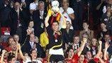 Iker Casillas ergue o troféu após a Espanha ter batido a Alemanha, por 1-0, na final do UEFA EURO 2008