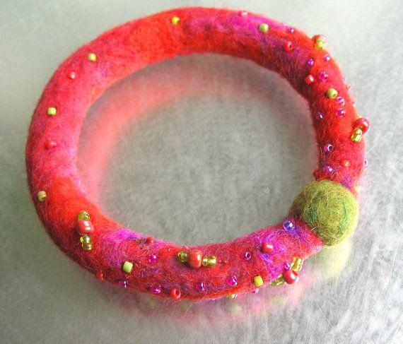Bracelet 100% laine de mérinos feutrée avec perles de rocailles en verre Tons de rose, fushia, vert, violet et orangé