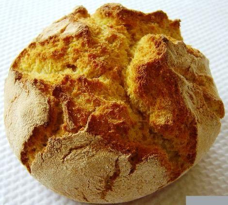 Ingredientes: 200gr de farinha de milho 200gr de farinha de trigo 1 saqueta de levedura seca Sal Água morna Modo de preparação: Junte as duas farinhas com