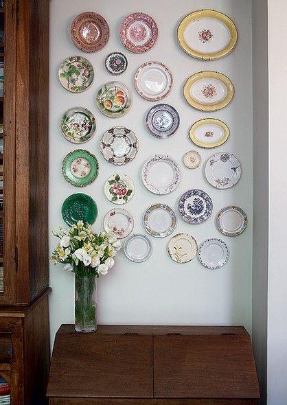 """De diferentes épocas, estilos, tamanhos e cores, pratos e travessas decoram algumas das paredes da casa da chef de cozinha Heloisa Bacellar. """"Adoro essa mistura. Coloco tudo de olho, porque não gosto de nada certinho. Acho que o ambiente fica aconchegante"""