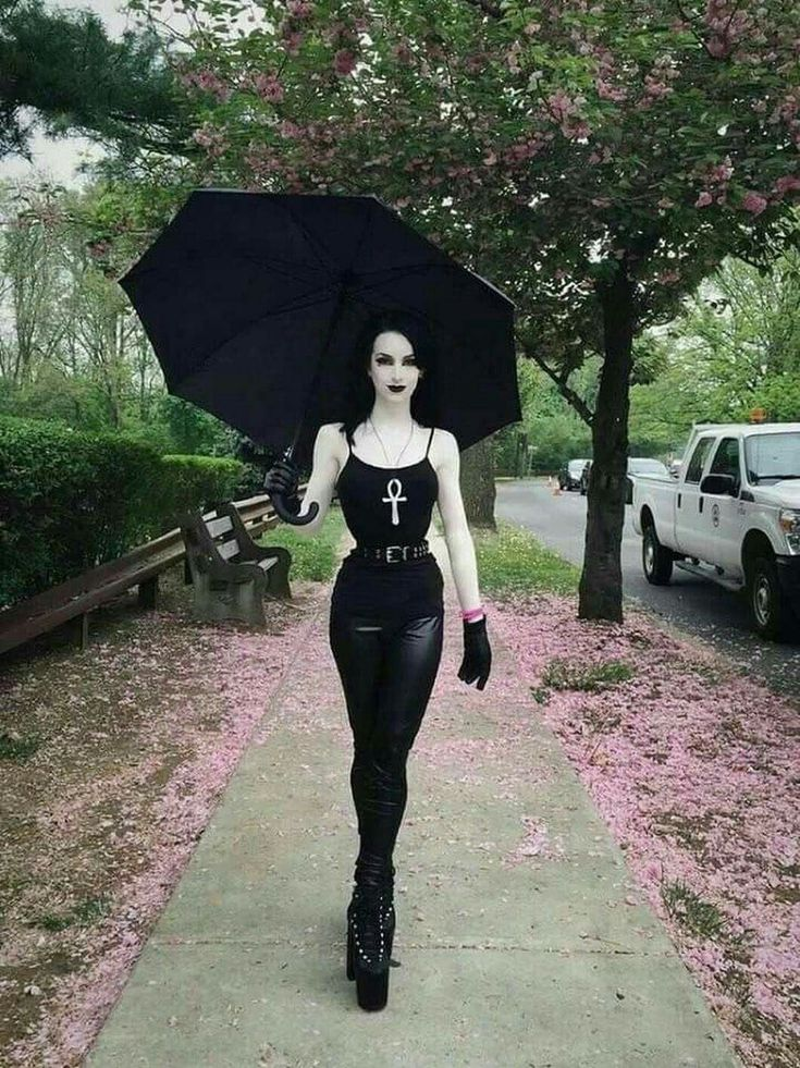 I would love to bang this hot Gothic babe