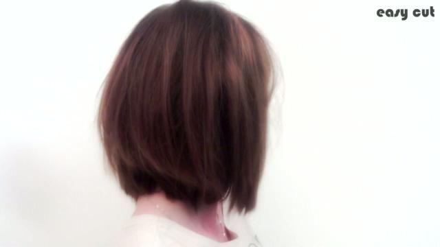 Un coiffeur studio vous montre avec une méthode très simple, comment se couper les cheveux en carré plongeant à l'aide d'élastiques.