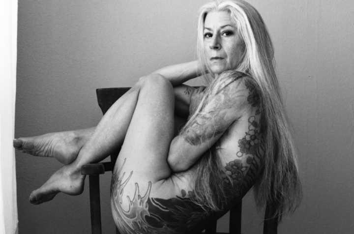 Aos 56 ela virou modelo após fotos provocantes de suas tatuagens