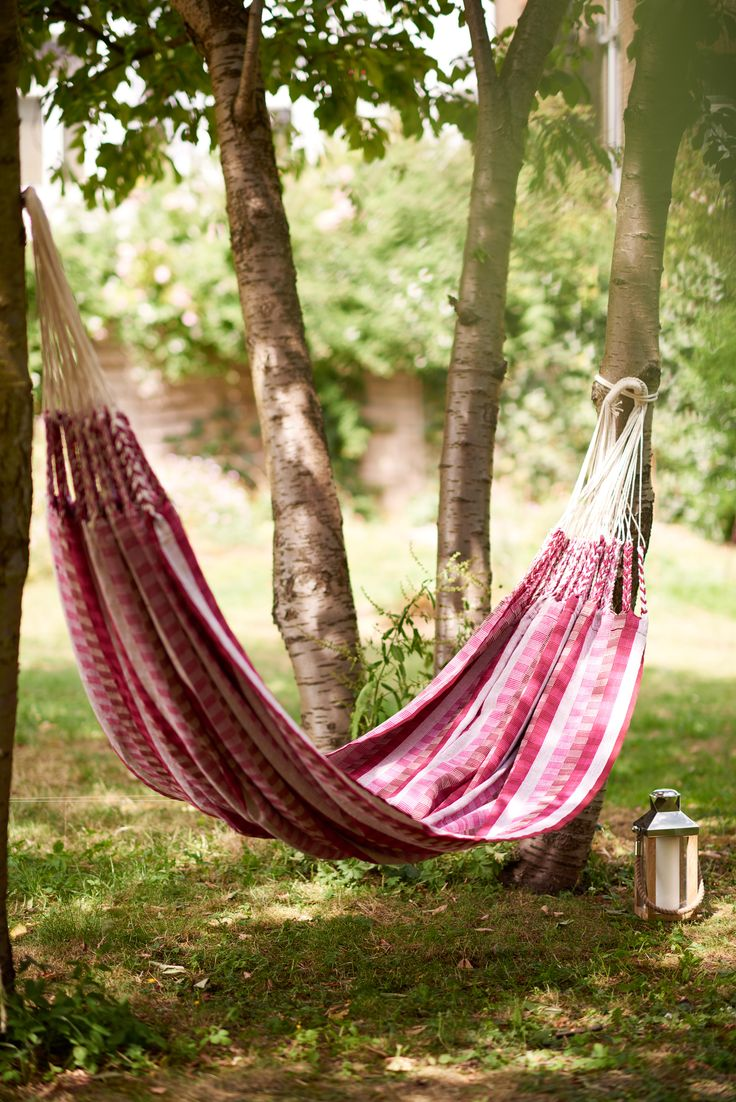 Kick back and relax with this beautiful double hammock. The Rosa hammock is pink and cream.