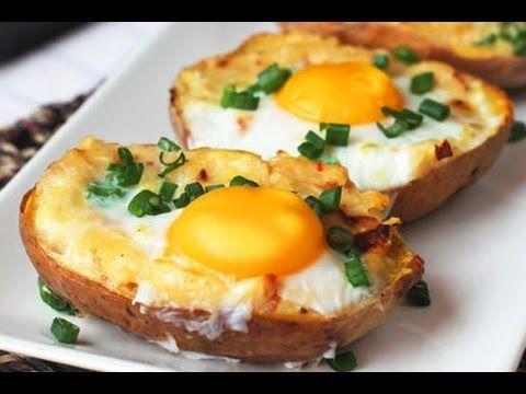 Pečené brambory plněné směsí sýru, česneku a cibulky s vejcem navrchu | Čarujeme